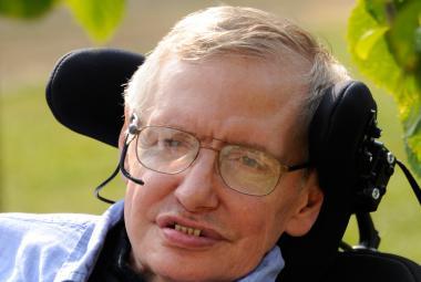 Na Hawkingovu nemoc upozornila kbelíková výzva. I sám fyzik se jí zúčastnil, přestože vyvázl suchý