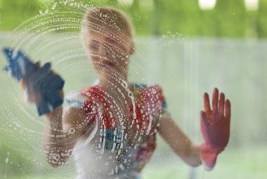 České ženy věnují méně času placené práci, více se vydají v domácnosti