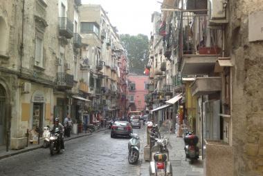 Typicky omšelá neapolská ulička
