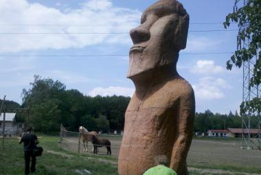 Repliky záhadných soch moai vytvoří na Vyškovsku naučnou stezku