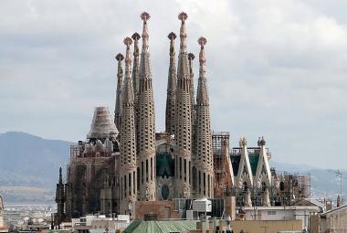 Papež posvětil Gaudího chrám. Homosexuálové protestovali líbáním