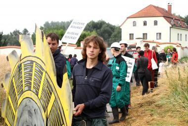 Tak zní rypadlo, ukázali aktivisté majiteli těžební společnosti