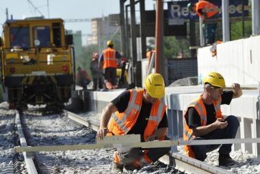 Zrychlení staveb a menší práva občanů. Poslanci navzdory kritice schválili stavební zákon