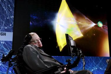 Stephen Hawking představuje projekt cestování ke hvězdám