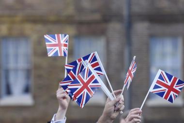 Stoupenci odchodu Spojeného království z EU mávají britskými vlajkami