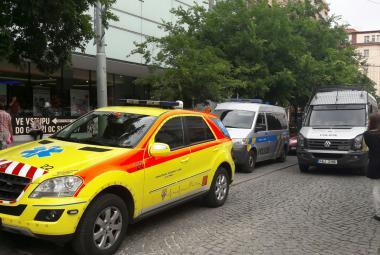 Auta policie a záchranářů u smíchovského OC