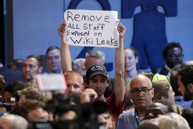 Delegát sjezdu požaduje odvolání všech demokratů, jejichž jména se objevila v dokumentech zveřejněných WikiLeaks