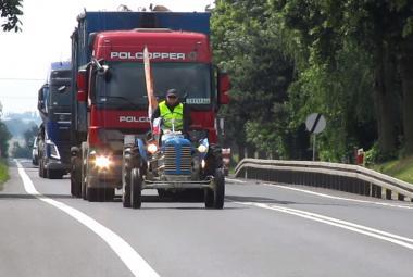 Po silnici i po pláži a za každého počasí cestoval na traktoru až k Baltskému moři
