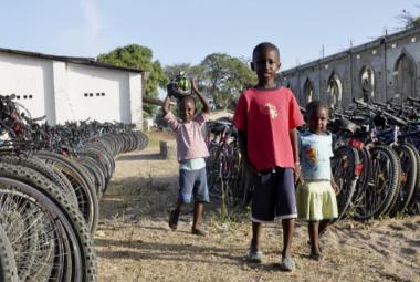 V Plzni vybrali přes 450 jízdních kol: Dětem v Africe usnadní cestu do školy