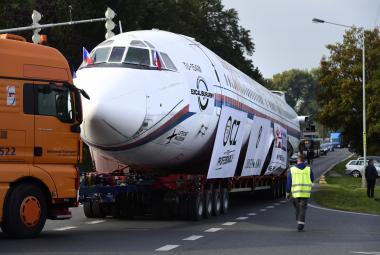 Letadlo, které přivezlo z Nagana zlaté kluky, se stěhuje do muzea. Po silnici