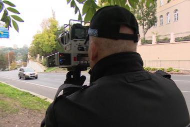 Policisté měří rychlost v okolí škol