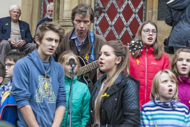 OBRAZEM: Brady společně se studenty uctil památku dětí z Terezína