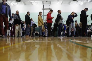 Voliči čekají ve frontě v newyorském Brooklynu