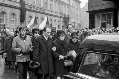 Obrazem: Na Palachův pohřeb vyšly do ulic pár měsíců po okupaci desítky tisíc lidí