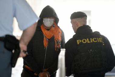 Eskorta deportuje obviněného Zdeňka Pfeifera