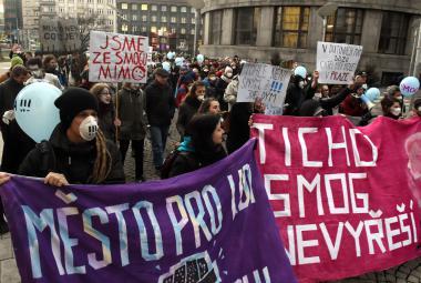 """Lidé protestovali proti špatnému ovzduší. """"Ticho smog nevyřeší,"""" vzkázali ostravskému magistrátu"""