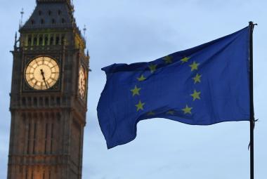 Vlajka Evropské unie vedle londýnského Big Benu