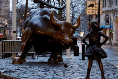 Bronzový býk a proti němu socha děvčete - v blízkosti newyorského parku Bowling Green