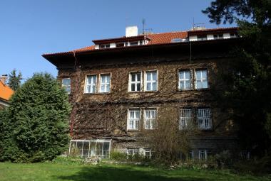 Vystěhovávají Čapka. Spisovatelovu pražskou vilu čeká rekonstrukce