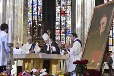 Zvuk zvonu Zikmund vyprovodil kardinála Vlka do hrobky arcibiskupů