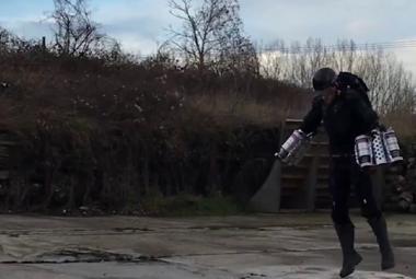 Britský inženýr si vyrobil létající brnění podle vzoru Iron Mana