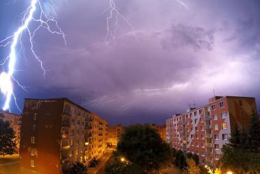 Noční bouře připravily tisíce lidí o elektřinu. Problémy měly také železnice