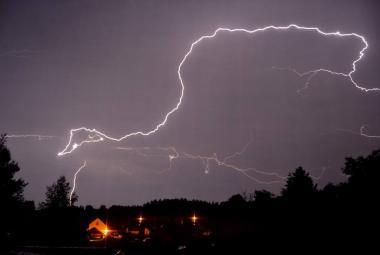 Blesk může člověka zasáhnout několika způsoby, nebezpečné jsou během bouřek například ferraty