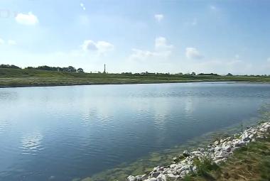 Haldě v Ostravě-Hrabůvce dominuje umělé jezero. Kromě hašení odvalu má sloužit i ke koupání