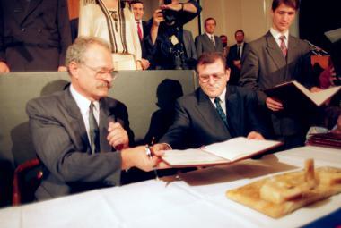 Ivan Gašparovič a Vladimir Mečiar při podpisu Deklarace o svrchovanosti Slovenska
