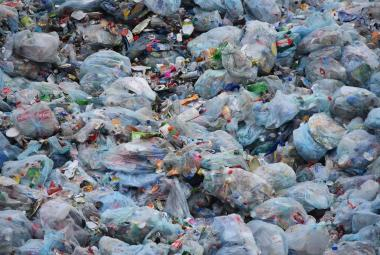 Plast na skládce