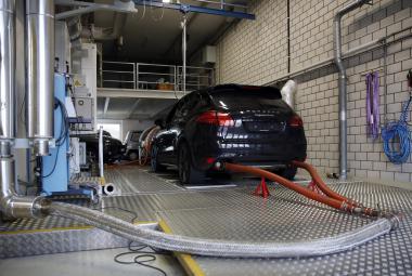 Také Porsche spadlo do emisního skandálu. Na archivním snímku vůz Cayenne u emisního testu.