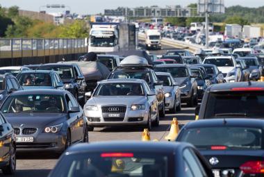 Kolona aut u chorvatské mýtné brány Lučko