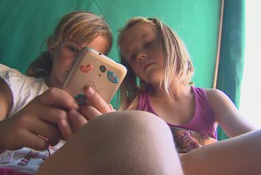 Děti s mobilem na táboře