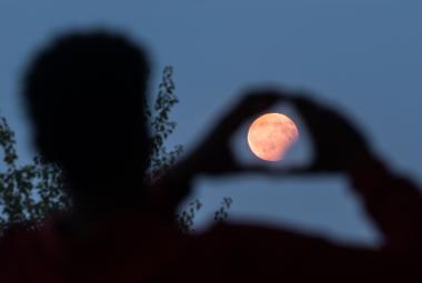 Pondělní zatmění Měsíce bylo působivé. Nejlepší snímky ze světa i České republiky