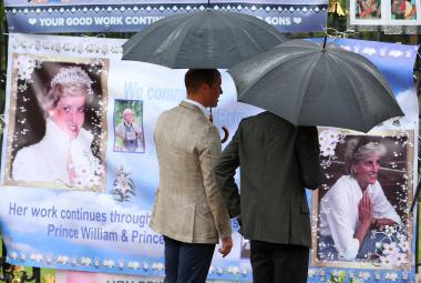 William a Harry si prohlíží pietní místo věnované princezně Dianě