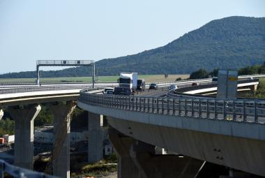 Rok s kompletní dálnicí D8. Peklo na objížďkách skončilo, potíže s mostem trvají dál