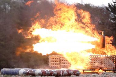 Experiment vědců a hasičů. Rizikový požár tlakových lahví vyřeší odstřelovač