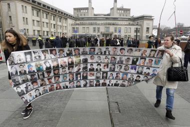 Příbuzní obětí bosenské války před sídlem ICTY během procesu s Karadžičem