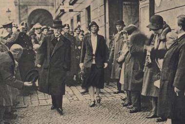 Alice Masaryková s otcem jdou k volbám (Pestrý týden, 1929)