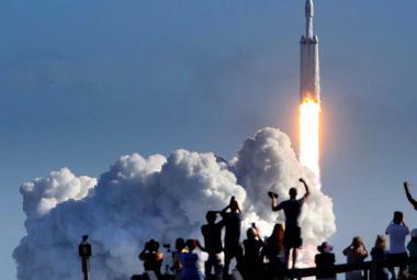 Co znamená úspěšný let Falconu Heavy? Velké peníze pro Muska a kosmickou naději pro lidstvo