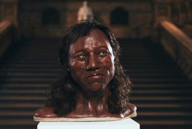 Vědci analyzovali DNA prastarého obyvatele Británie. Překvapivě byl černý, modrooký a kudrnatý