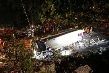 V Hongkongu se převrátil dvoupatrový autobus, osmnáct lidí zemřelo