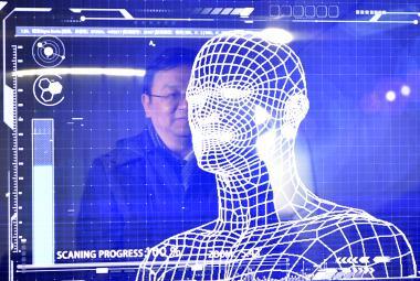 Čínská policie testuje brýle, které rozeznají zločince. Kritici se bojí Velkého bratra