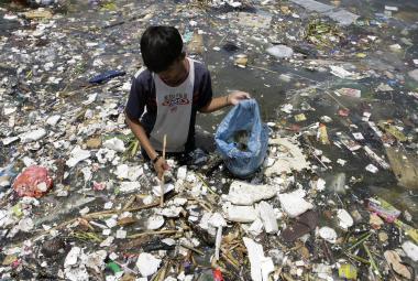 Týden ve vědě: Od plastem ucpané Indonésie po největší rituální dětskou oběť v historii