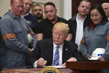 Donald Trump podepisuje zavedení cel na dovoz oceli a hliníku