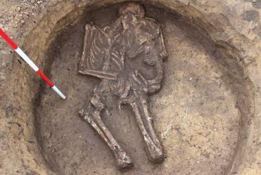 Archeologové vykopali ve Vyškově unikát. Kostru ženy, která v hrobu objímá dítě