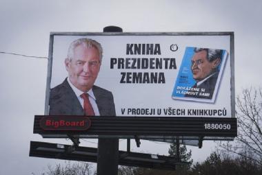 Za propagaci knihy o Zemanovi před volbami udělil úřad pokutu 40 tisíc korun