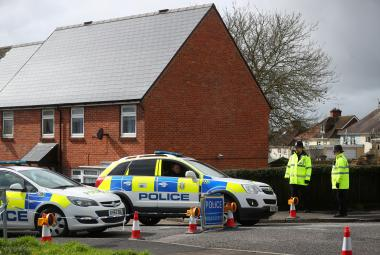 Britská policie před domem Skripalových
