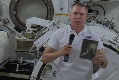 První český televizní rozhovor z vesmíru. Daniel Stach vyzpovídal astronauta Feustela na oběžné dráze