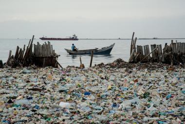Indonéské řeky a potoky ucpávají hory plastu. Situaci musí zachraňovat armáda